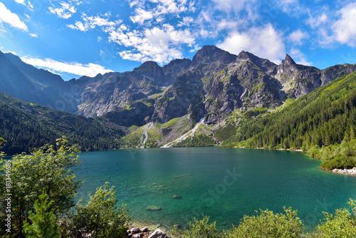 Zdjęcie XXL Zielona woda Morskie Oko jezioro w lecie, Tatrzańskie góry, Polska