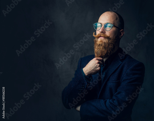 Photo Redhead bearded male in a suit.