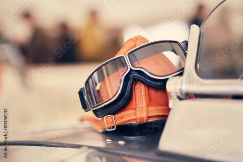 Foto op Plexiglas Fiets Lederkappe mit Brille