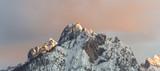 Fototapeta Perspektywa 3d - Letzte Sonnenstrahlen treffen auf Gipfel