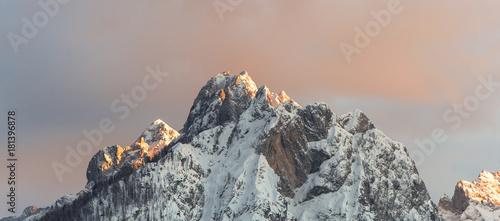 Tablou Canvas Letzte Sonnenstrahlen treffen auf Gipfel