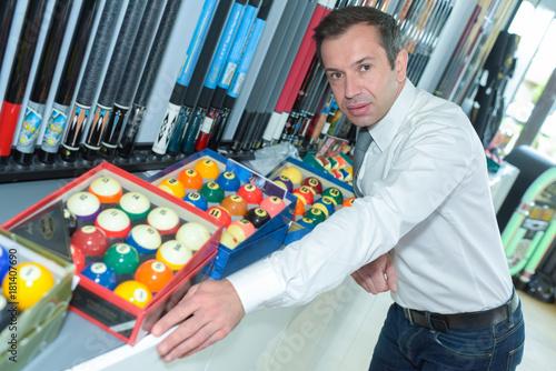 Fototapeta profesjonalny gracz kupujący kule bilardowe