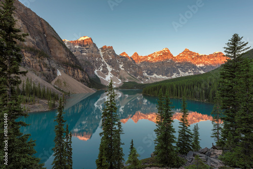 Poster Bergen Canadian Rockies view at Moraine Lake in Banff National Park.