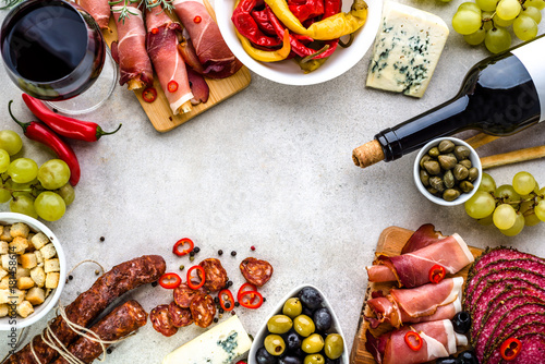 Photo Traditional spanish tapas selection, food border with variety appetizer on table