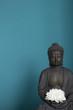 Buddhastatue vor blauem Grund