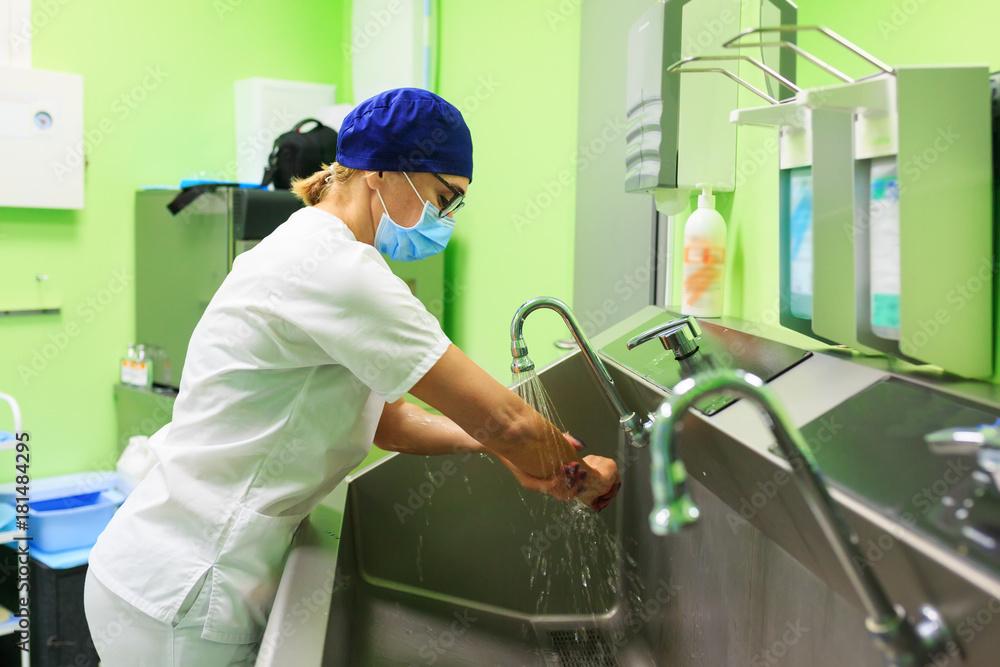 Fototapeta Surgeon in the hospital washing hands