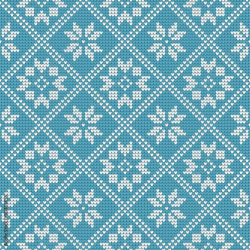 tradycyjny-skandynawski-wzor-haftowane-biale-wzory-na-niebieskim-tle