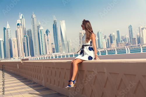 Fototapeta Dubaj podróży turystycznych kobieta na wakacje w Palm Jumeirah