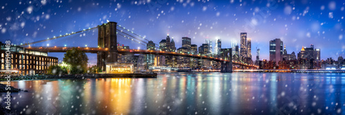 Poster Lieux connus d Amérique Brooklyn Bridge Panorama im Winter in New York City, USA