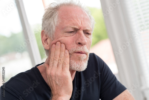 Fotografia  Portrait of mature man with toothache