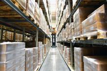 Warenlager Mit Hochregalen In Einer Gewerbeimmobilie Für Logistik //Warehouse With High-bay Racks In A Commercial Property For Logistics