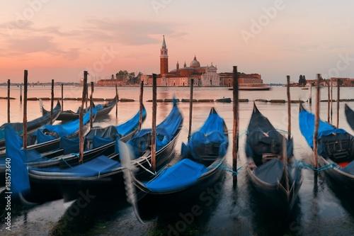 Spoed Foto op Canvas Gondola and San Giorgio Maggiore island sunrise