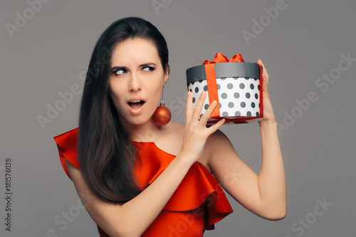 Woman with Christmas Present Ready for Glamour Party Tablou Canvas