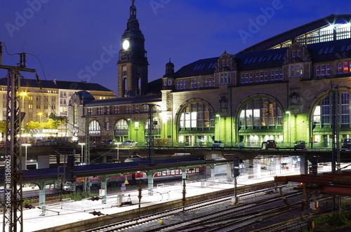 Plakat Hamburg Hauptbahnhof w nocy z torów kolejowych i zegar wieża