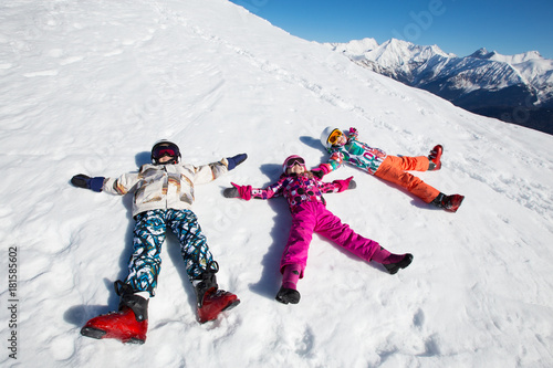 Poster Glisse hiver small children in ski resort