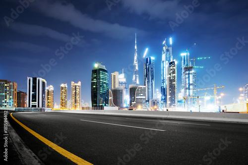 pusta-asfaltowa-droga-z-nowoczesnymi-budynkami-w-nocy