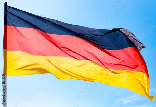 Plakat Flaga Niemiec przeciw niebieskiemu niebu