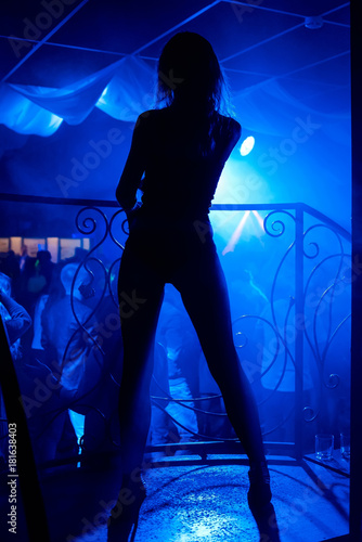 Láminas  silhouette of a young slim sexy girl in nightclub
