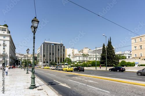 Plakat ATENY GRECJA, Maj, - 3, 2017: Uliczny widok nowożytni budynki w Ateny, Grecja