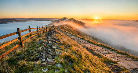 Obraz na Szkle Góry Thick cloud inversion with morning sun casting golden light on the landscape. Taken at Mam Tor in the English Peak District.