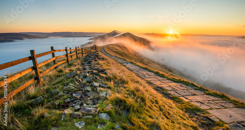 Foto auf Leinwand Rosa dunkel Thick cloud inversion with morning sun casting golden light on the landscape. Taken at Mam Tor in the English Peak District.