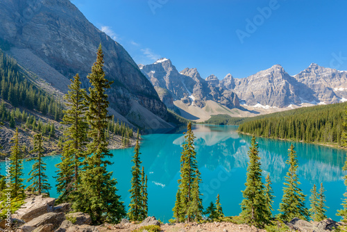 Fototapeta Majestic mountain lake in Canada.