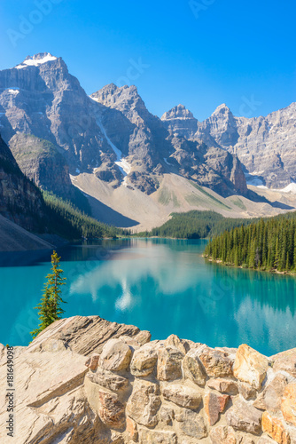 Foto op Canvas Bergen Majestic mountain lake in Canada.