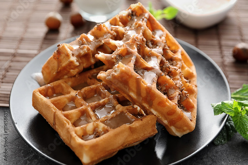 Fotomural  Tasty waffles and caramel topping on plate