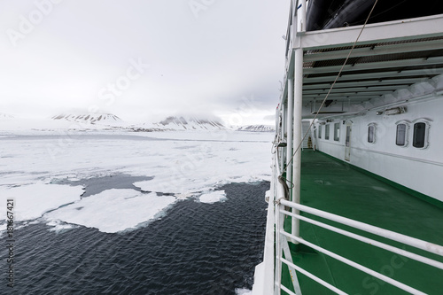 Papiers peints Arctique Travel in the Arctic with a expedition vessel, Svalbard, Norway