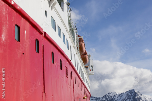 Papiers peints Arctique Expedition with a ship in the Arctic of Svalbard, Norway
