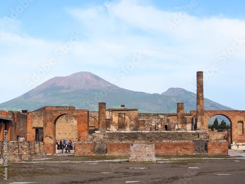 Zdjęcie XXL Romański forum, główny plac rzymskie miasto Pompeii ruiny z uśpioną wulkan górą Vesuvius w tle