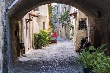 uliczka starego zabytkowego miasta na wyspie Rodos