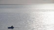 Pescatore Sulla Sua Barca Ment...