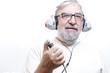 Starszy mężczyzna z słuchawkami do badania słuchu