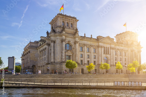 Fotobehang Berlijn Spreerundfahrt mit dem Blick auf den Bundestag in Berlin