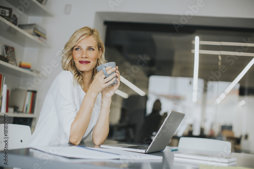 Businesswoman drinking coffee Fotobehang