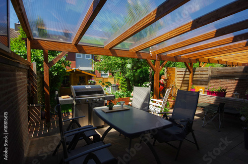 Terrassenüberdachung - Pergola aus Holz montieren Fototapeta