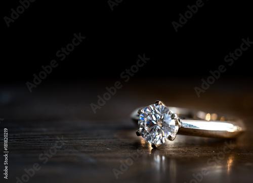 Valokuva Diamond ring on the wood