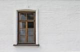 Drewniane okna na białej ścianie - 181822076