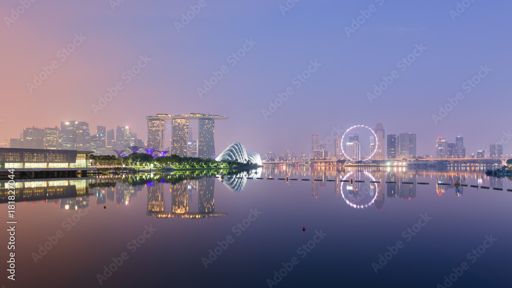 Fotografía Singapore skyline with CBD, Central Business District, Gardens by the Bay, Sands hotel and Flyer wheel reflecting in Marina Bay, at sunrise, from the Barrage