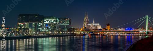 Köln - Dom und Kranhäuser bei Nacht; Deutschland