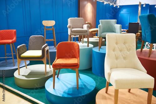 Fotografía  Chairs in salon of furniture