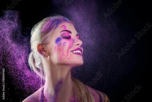 kolorowy-makijaz-kobieta-twarz-holi-
