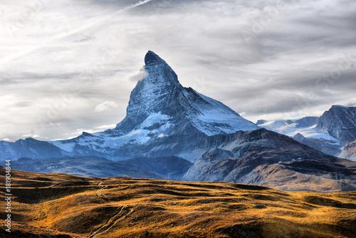 niesamowity-widok-na-pasmo-gorskie-panoramy-w-poblizu-matterhorn-w-alpach-szwajcarskich