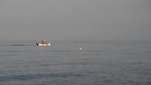 Un Uomo Pesca Dalla Sua Barca ...