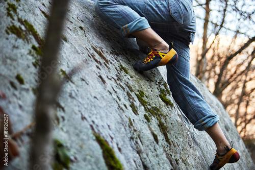 In de dag Alpinisme Dettaglio scarpa da arrampicata su roccia
