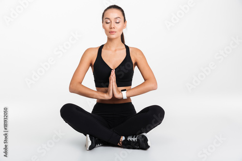 Photo  Portrait of a calm asian fitness woman resting