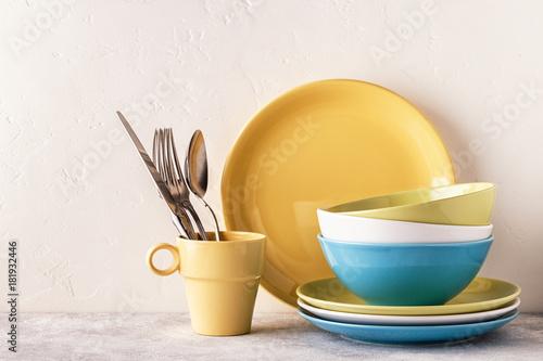 Fotografía  Crockery and cutlery on a light table.