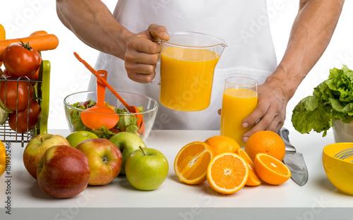 Plakat gotować człowieka, gotowanie świeżo wyciskanego soku, na tle whie,
