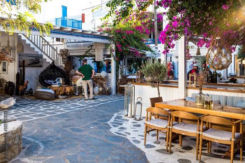 Poster de jardin Europe Méditérranéenne Mykonos, Greece (September 2017). typical road with restaurant and souvenir shop at Mykonos island.